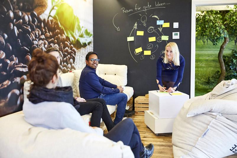 Zentis Beispiel Innovation-Space agiler Arbeitsraum Creative -Space Raum für Veränderung Fruchtcampus Moderne Arbeitswelt New Work AdHoc-Ecke